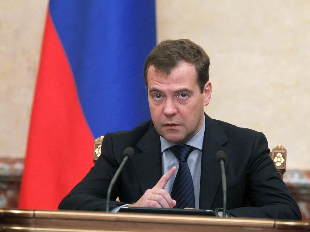 Медведев посоветовал опоздавшему Ткачеву «ставить будильник в разные места»